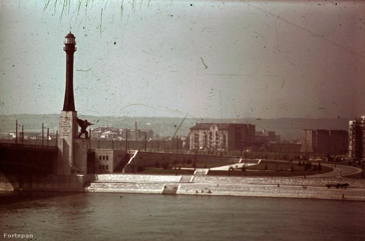 Petőfi (Horthy Miklós) híd budai hídfő, Haditengerészeti Hősi Emlékmű 1942-ben (Fotó: FORTEPAN)